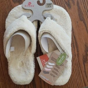 NWT ACORN THONG STYLE SPA SHOES SIZE 8/9